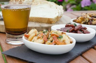 Spansk tapas - varme og krydrede spanske forretter. (gambas pil pil, chorizo al vino og pollo al ajillo). Serveres med middelhavsbrød og øl.