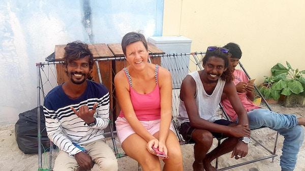 3 personer på en benk