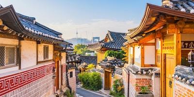 Soloppgang av Bukchon Hanok Village i Seoul, Sør-Korea.
