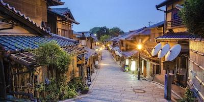 Smal gate med trehusbebyggelse i gamle Kyoto