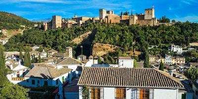 Cityscape of Granada, Spania. Foto skudd fra utsiktspunkt på bakke med utsikt over byen.