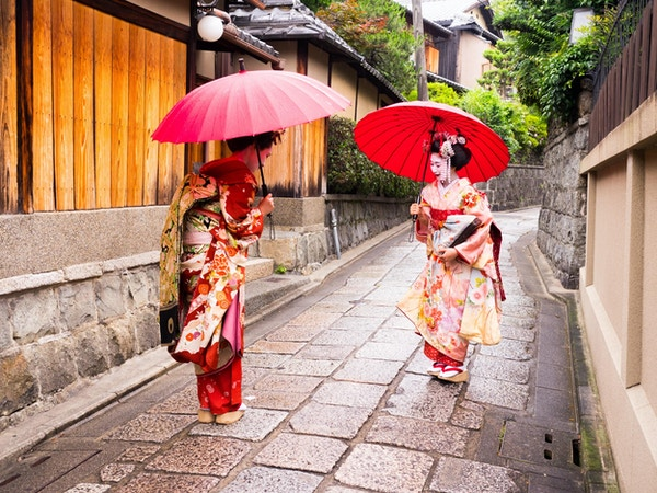 hilsen til to unge maiko-damer i den gamle gaten i Kyoto.