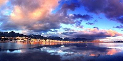 Ushuaia sentrum reflekteres i vannet i Bahia Encerrada. Foto tatt ved solnedgang i januar 2015.