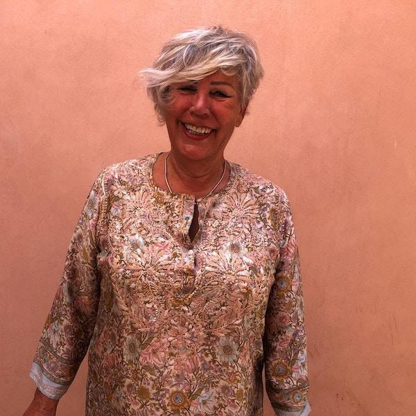 Kvinne med mønstrete tunika