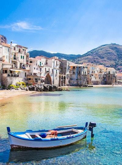 Vakker gammel havn med tre fiskebåt i Cefalu, Sicilia, Italia.
