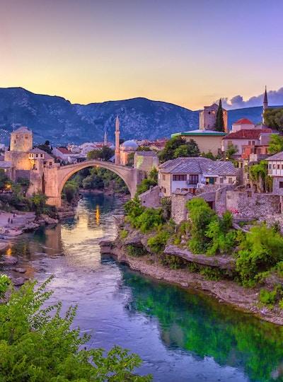 Neretva-elven slynger seg gjennom den gamle UNESCO-listede Mostar-broen i Bosnia-Hercegovina.