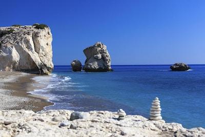 Solskinn over Afroditestranden og det asurblå havet
