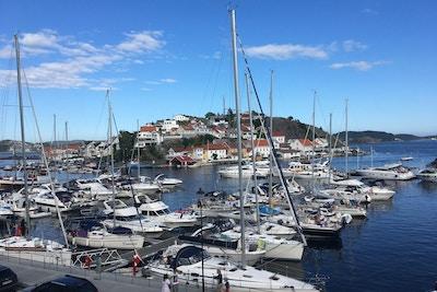Havna i Kragerø der båter og seilbåter ligger
