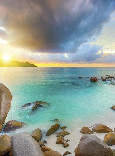 Vakker solnedgang over den berømte stranden Anse Lazio sett fra granittblokker, Praslin-øya, Seychellene.