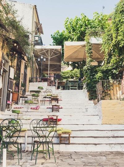 Sjarmerende gate med kafébord, Plaka-distriktet, Athen, Hellas