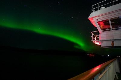 Kveldsurora utenfor havnen som flyr broen