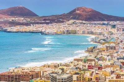 Utsikt over den fargerike byen, promenaden, stranden og fjellene i Las Palamas de Gran Canaria en sen ettermiddag